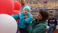 Областные депутаты передали деньги на лечение девочки с ДЦП